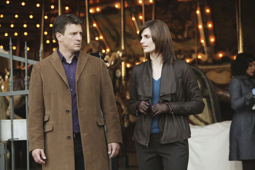 Vom Mörder bekommen Richard Castle (Nathan Fillion, l.) und Kate Beckett (Stana Katic, r.) den Hinweis, dass sie die nächste Leiche in einem Karusse... - Bildquelle: ABC Studios