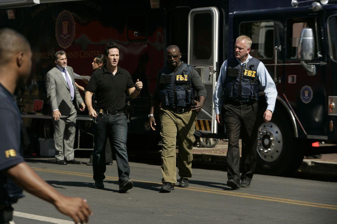 Bei Ermittlungen geht erneut eine Bombe hoch. Don Eppes (Rob Morrow, M.), David Sinclair (Alimi Ballard, 2.v.r.), Liz Warner (Aya Sumika, 2.v.l.) ma... - Bildquelle: Paramount Network Television