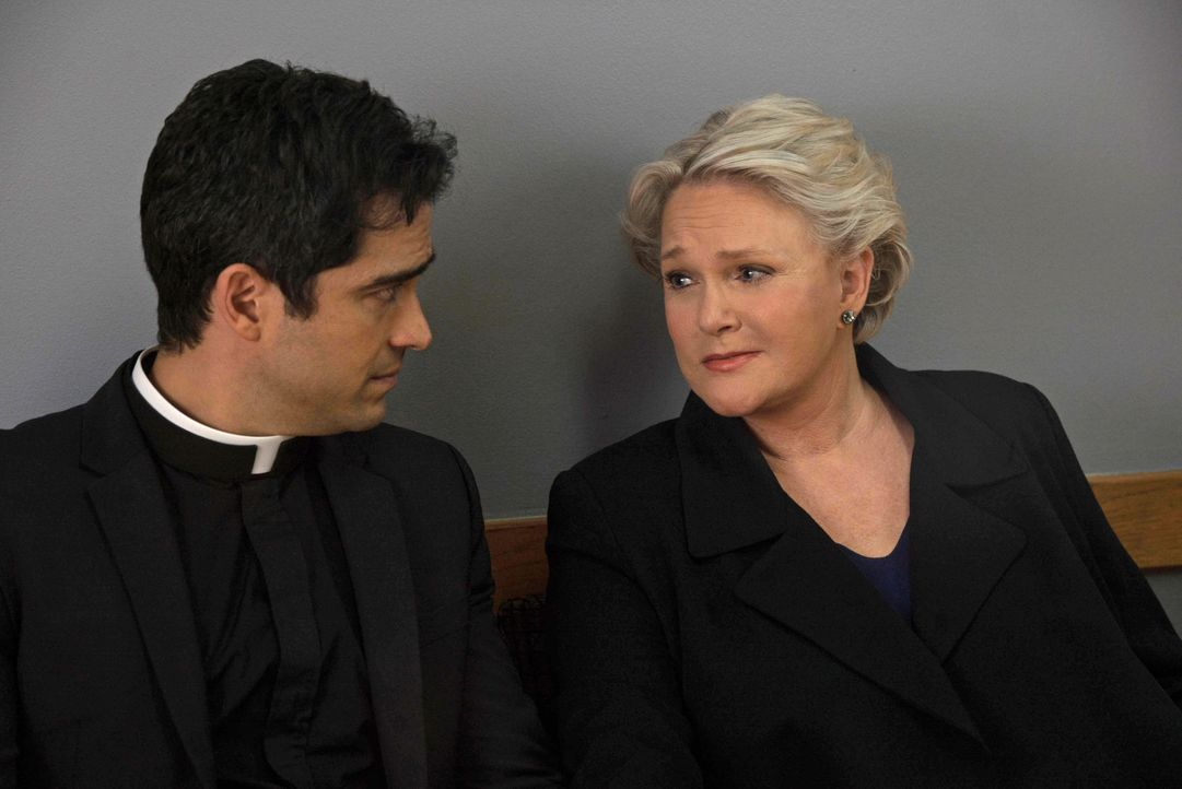 Noch ahnen weder Pater Tomas (Alfonso Herrera, l.), noch Chris (Sharon Gless, r.) wie stark das Böse bereits geworden ist - nicht nur in Casey ... - Bildquelle: 2016 Fox and its related entities. All rights reserved.