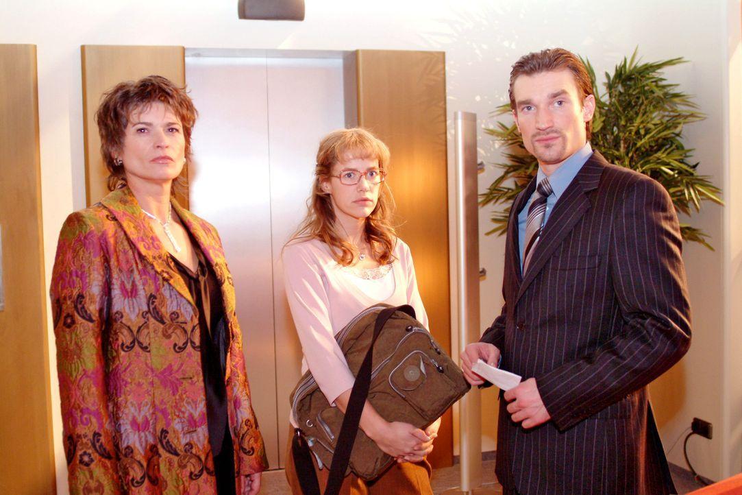Sophie (Gabrielle Scharnitzky, l.) und Richard (Karim Köster, r.) bemerken, dass Lisa (Alexandra Neldel, M.) gereizt ist. (Dieses Foto von Alexandr... - Bildquelle: Sat.1