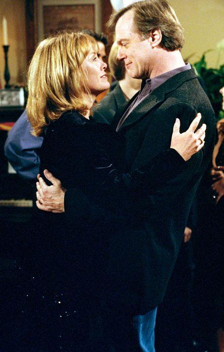 Annie (Catherine Hicks, l.) hat für Eric (Stephen Collins, r.) eine Überraschungsparty zum Geburtstag organisiert und die wird ein voller Erfolg! - Bildquelle: The WB Television Network