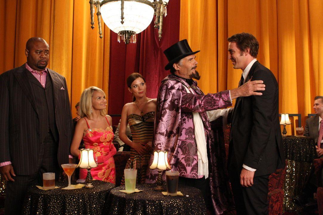 Ned (Lee Pace, r.), Chuck (Anna Friel, M.), Emerson (Chi McBride, l.) und Olive (Kristin Chenoweth, 2.v.l.) besuchen eine Vorstellung des Großen He... - Bildquelle: Warner Brothers
