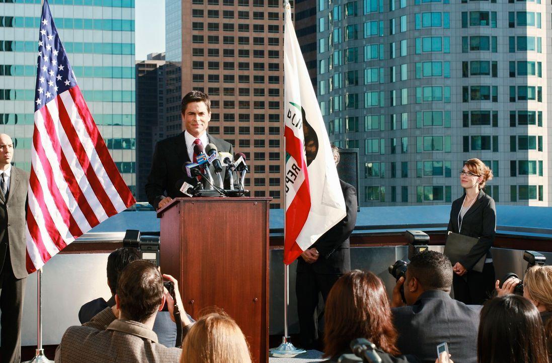 Schlechtes Timing: Robert (Rob Lowe, M.) hält ausgerechnet kurz vor der Geburt seines ersten Kindes eine Pressekonferenz ab ... - Bildquelle: 2008 ABC INC.