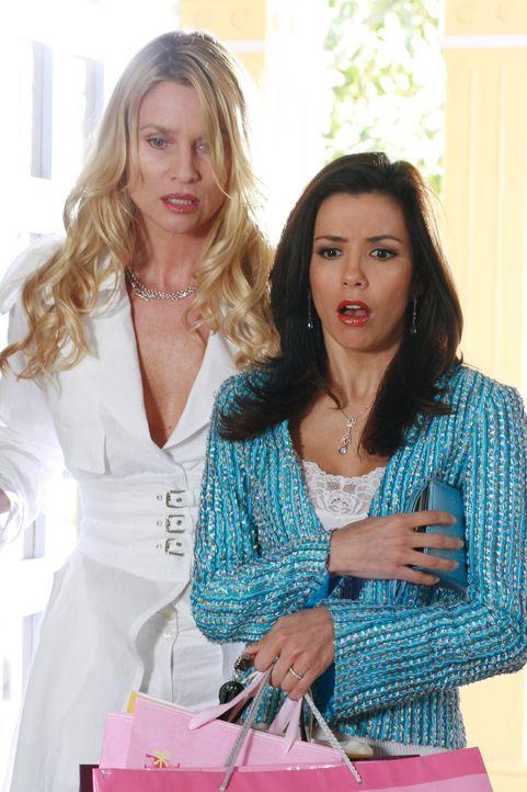Schock: Als Gabrielle (Eva Longoria, r.) und Edie shoppen (Nicolette Sheridan, l.) von shoppen nach hause kommen, bemerken sie einen Wasserrohrbruch... - Bildquelle: 2005 Touchstone Television  All Rights Reserved