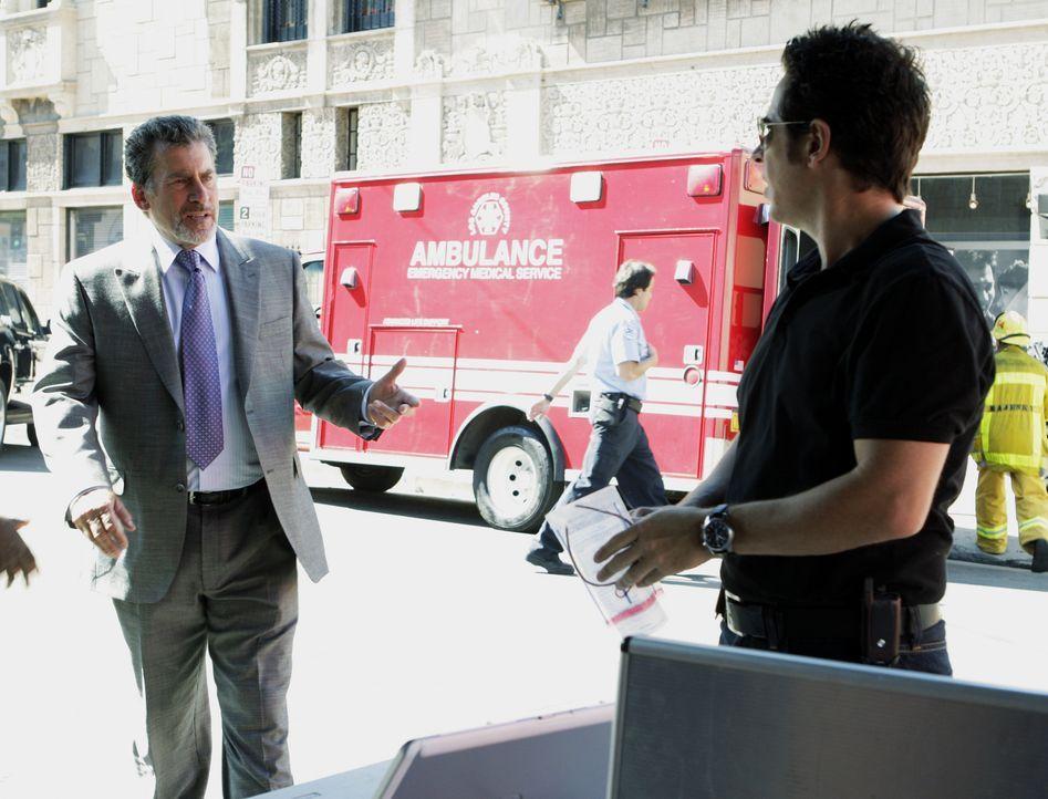 Don Eppes (Rob Morrow, r.) ermittelt in einem neuen Fall und stößt dabei auf Brett Hanson (Paul Michael Glaser, l.). Doch hat dieser etwas mit den E... - Bildquelle: Paramount Network Television