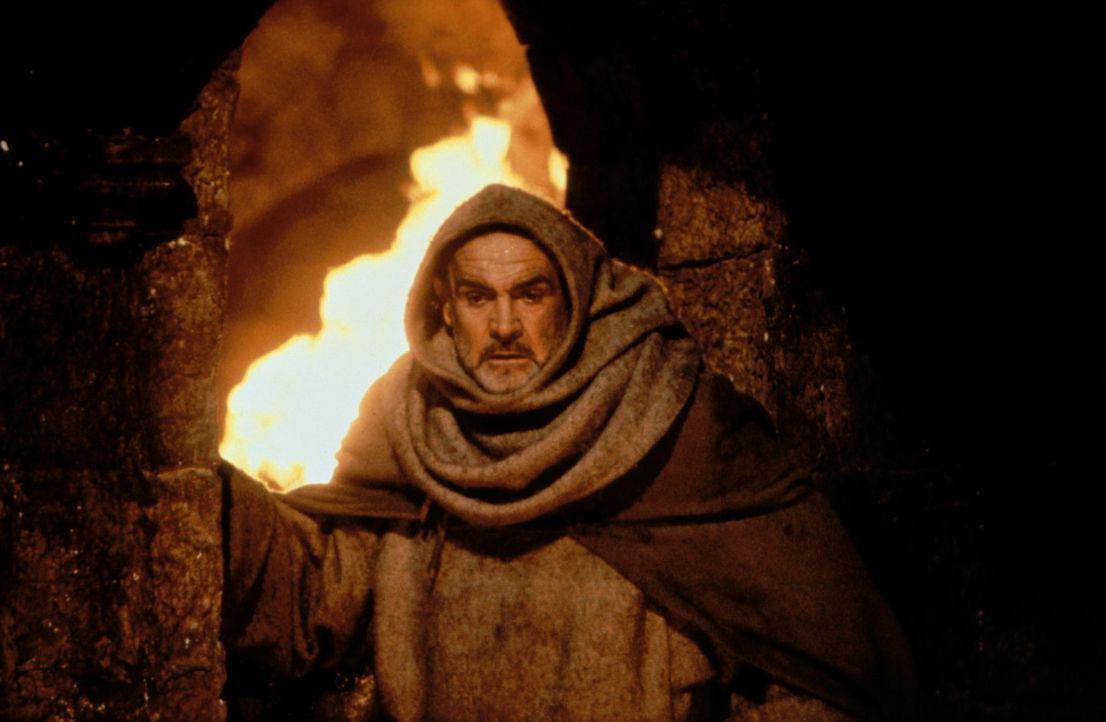 William von Baskerville (Sean Connery) auf der Flucht vor den Flammen des brennenden Klosters ... - Bildquelle: Constantin Film
