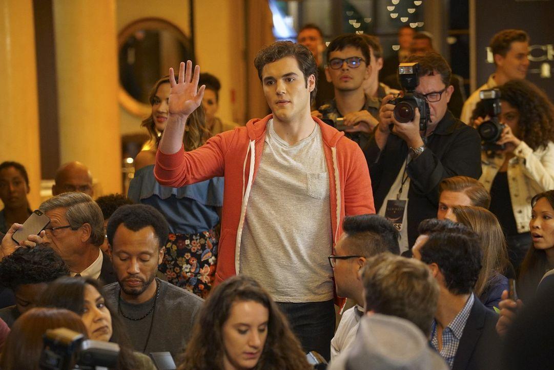 Als Paige auf der Pressekonferenz ein Statement zu ihrer Beziehung zu Rainer abgeben soll, platzt plötzlich Jake (Charlie DePew) dazwischen ... - Bildquelle: Warner Bros.