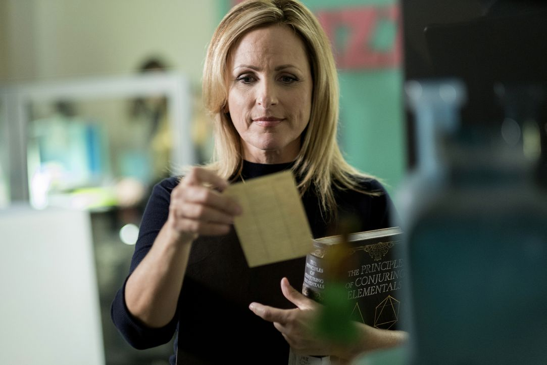 Eigentlich soll Penny bei Harriet (Marlee Matlin) nur ein überfälliges Buch abholen, doch dann gibt sie Kady zusätzlich eine unglaubliche, gefährlic... - Bildquelle: Eike Schroter 2016 Syfy Media, LLC