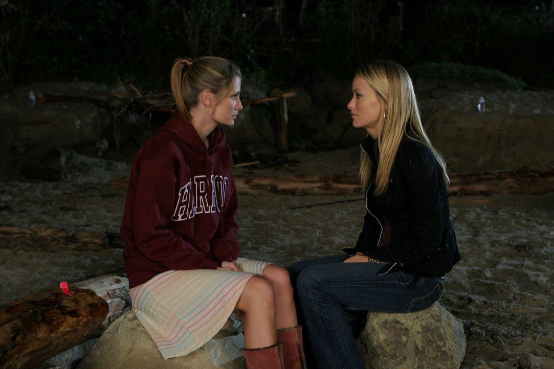 Führen an der Strandparty ein klärendes Gespräch: Marissa (Mischa Barton, l.) und Alex (Olivia Wilde, r.) ... - Bildquelle: Warner Bros. Television