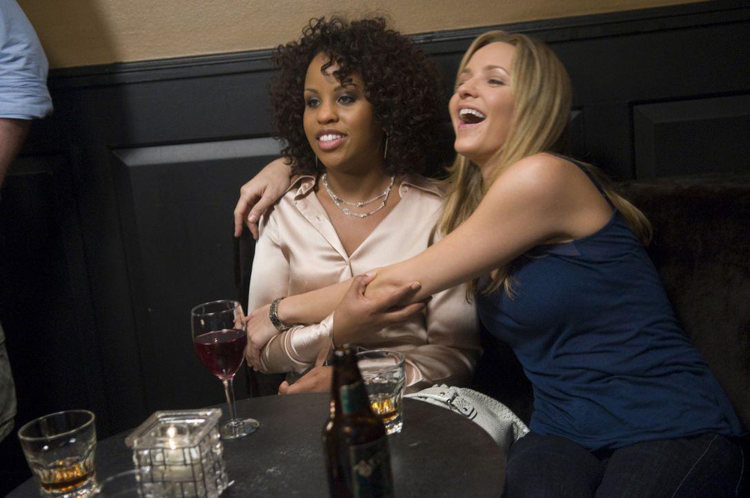 Stephanie (Kellee Stewart, l.) und P.J. (Jordana Spiro, r.) haben sich auf Elsas Brautfest fast zu Tode gelangweilt. Sie ziehen weiter in eine Bar,... - Bildquelle: Sony Pictures Television Inc. All Rights Reserved.