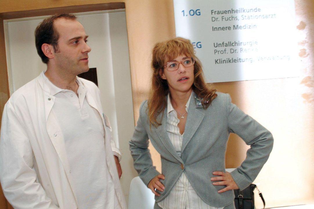 Lisa (Alexandra Neldel, r.) ist froh, als der Arzt (Anton Algrang, l.) erklärt, dass der Sturz Yvonne nicht sehr geschadet hat. (Dieses Foto von Ale... - Bildquelle: Monika Schürle SAT.1 / Monika Schürle