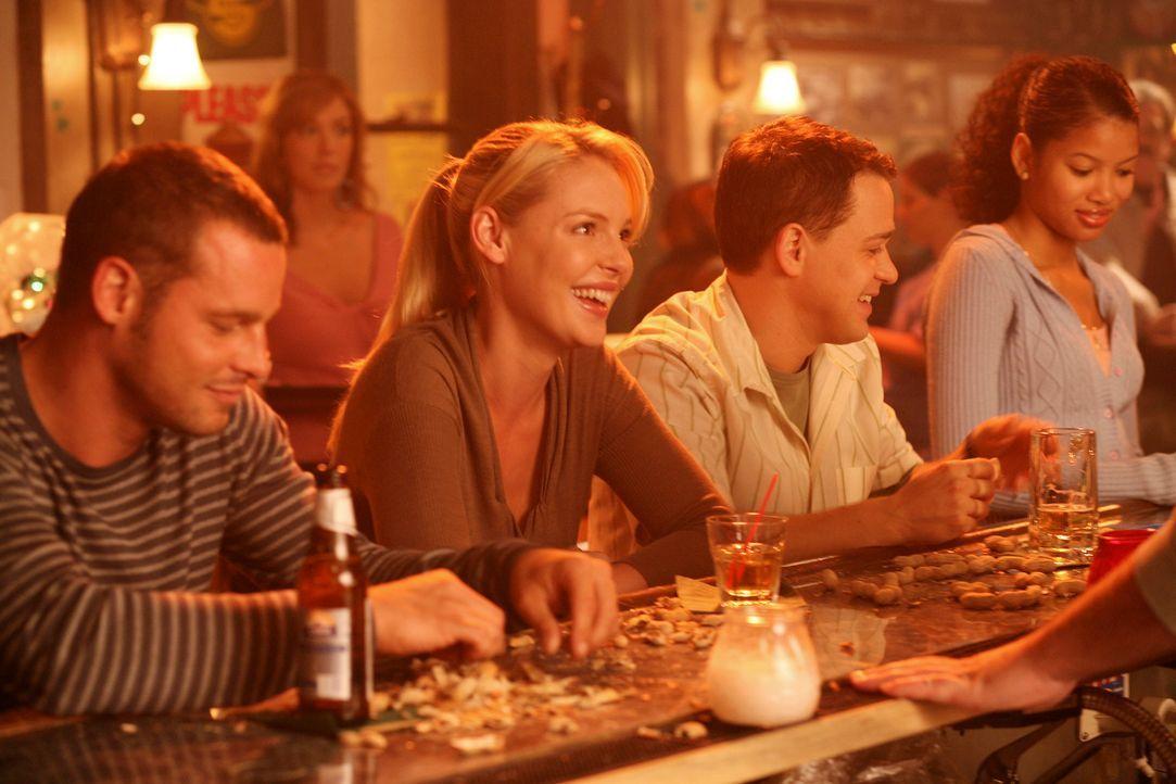 Versuchen, sich etwas abzulenken: Alex (Justin Chambers, l.), Izzie (Katherine Heigl, 2.v.l.) und George (T. R. Knight, 2.v.r.) ... - Bildquelle: Touchstone Television