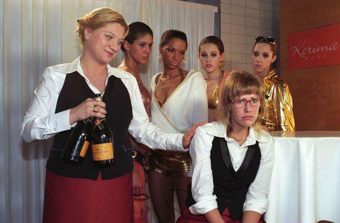 Lisa (Alexandra Neldel, vorne r.) hat sich entschlossen, den Job im Catering bei Agnes Hetzer (Susanne Szell, vorne l.) anzunehmen. Ihr erster Arbei... - Bildquelle: Noreen Flynn SAT.1 / Noreen Flynn