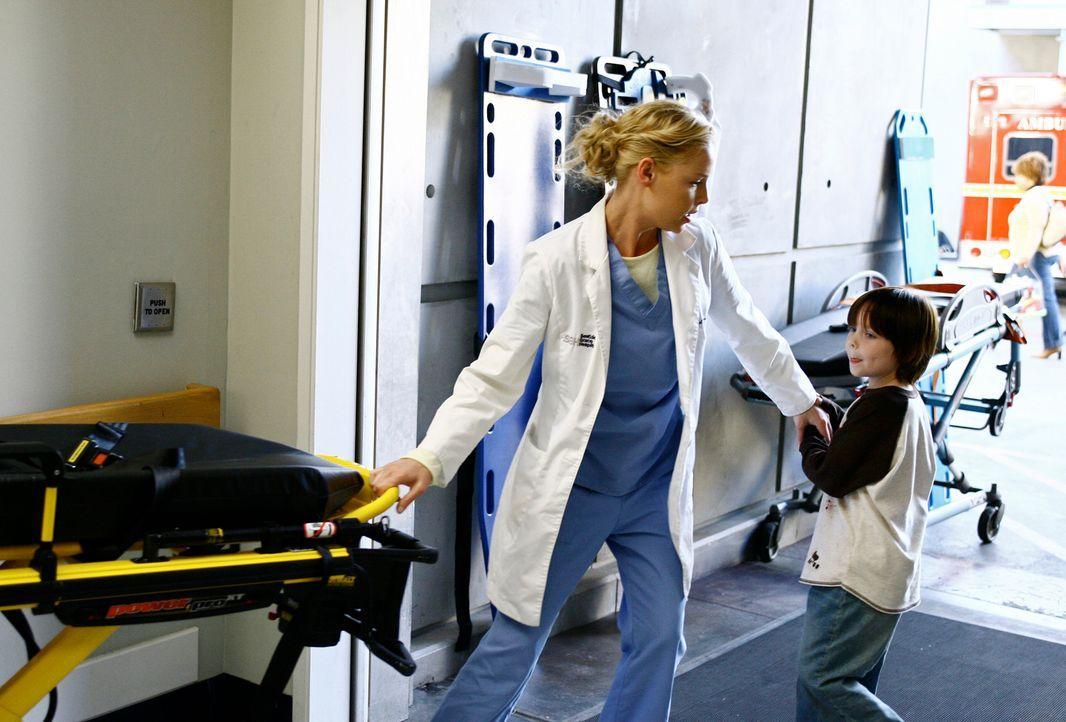 Michael (Jaden Sorensen, r.) zerrt Izzie (Katherine Heigl, l.) nach draußen, da es dort einen Notfall gibt. Jedoch muss Izzie feststellen, dass es... - Bildquelle: Touchstone Television