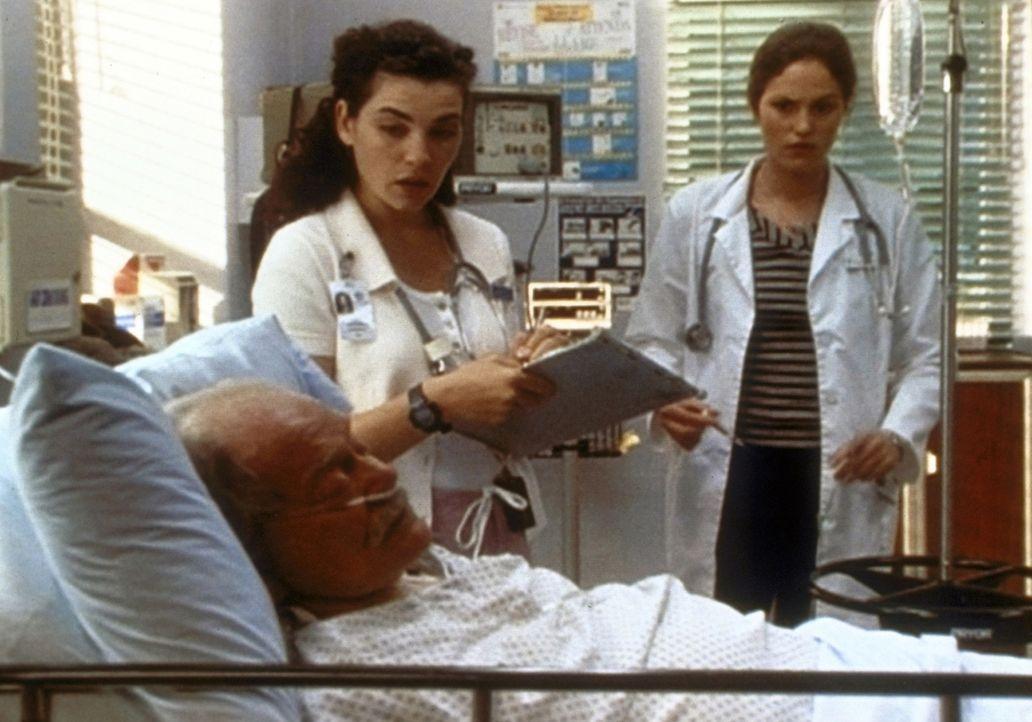 Mr. Sidowski (George Murdock, l.) steht kurz vor der Operation. Hathaway (Julianna Margulies, M.) und Maggie Doyle (Jorjan Fox, r.) kümmern sich um... - Bildquelle: TM+  WARNER BROS.