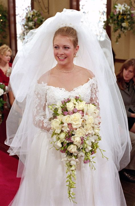 Sabrina (Melissa Joan Hart) ist bereit, Peter im Anderen Reich zu heiraten, um Roxie zu schützen. - Bildquelle: Paramount Pictures