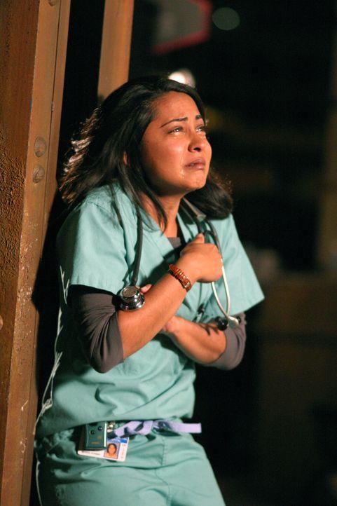 Nachdem Pratt Neela (Parminder Nagra) Vorwürfe, wegen einer falschen Behandlung gemacht hat, bricht sie in Tränen aus ... - Bildquelle: WARNER BROS