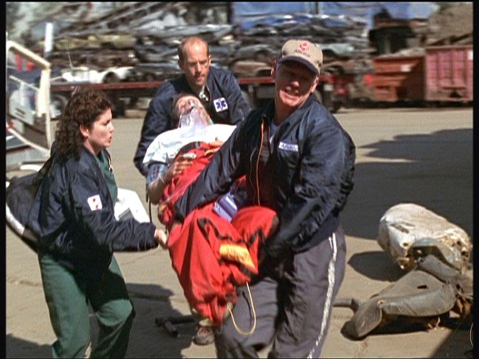"""Greene (Anthony Edwards, hinten) hat es geschafft, seinen schwer herzkranken Patienten per Helikopter in letzter Minute ins """"County"""" zu bringen. - Bildquelle: TM+  2000 WARNER BROS."""