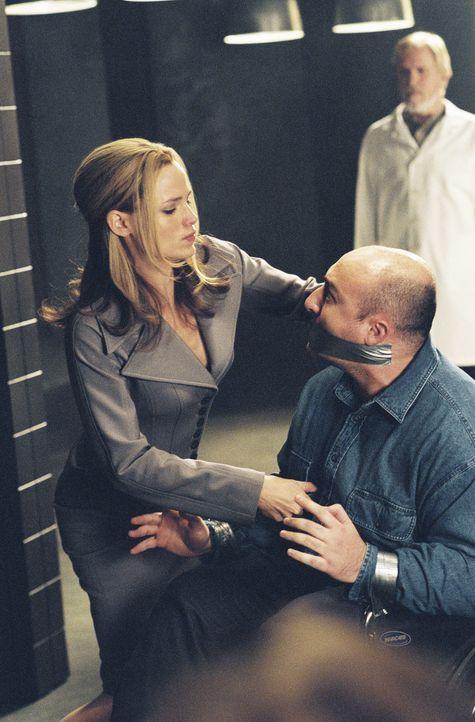 Vergangenheit oder Zukunft?: Sydney (Jennifer Garner, l.) und Kendall (Terry O'Quinn, r.) ... - Bildquelle: Touchstone Television