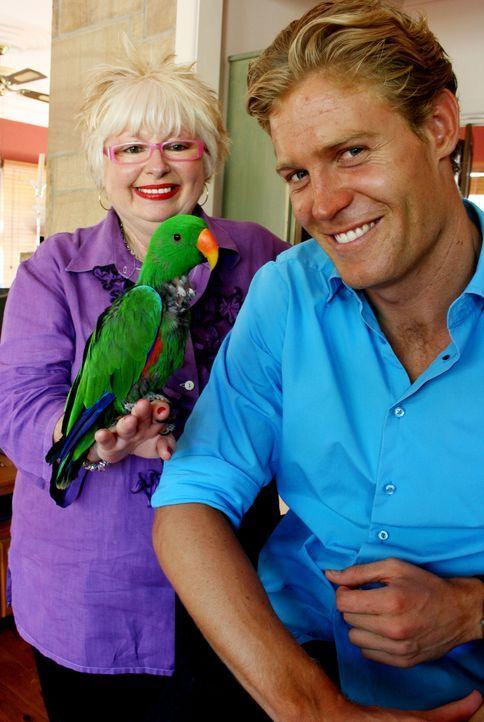 Ein depressiver Papagei braucht die Zuwendung von Tierarzt Dr. Chris Brown (r.) ... - Bildquelle: WTFN Entertainment
