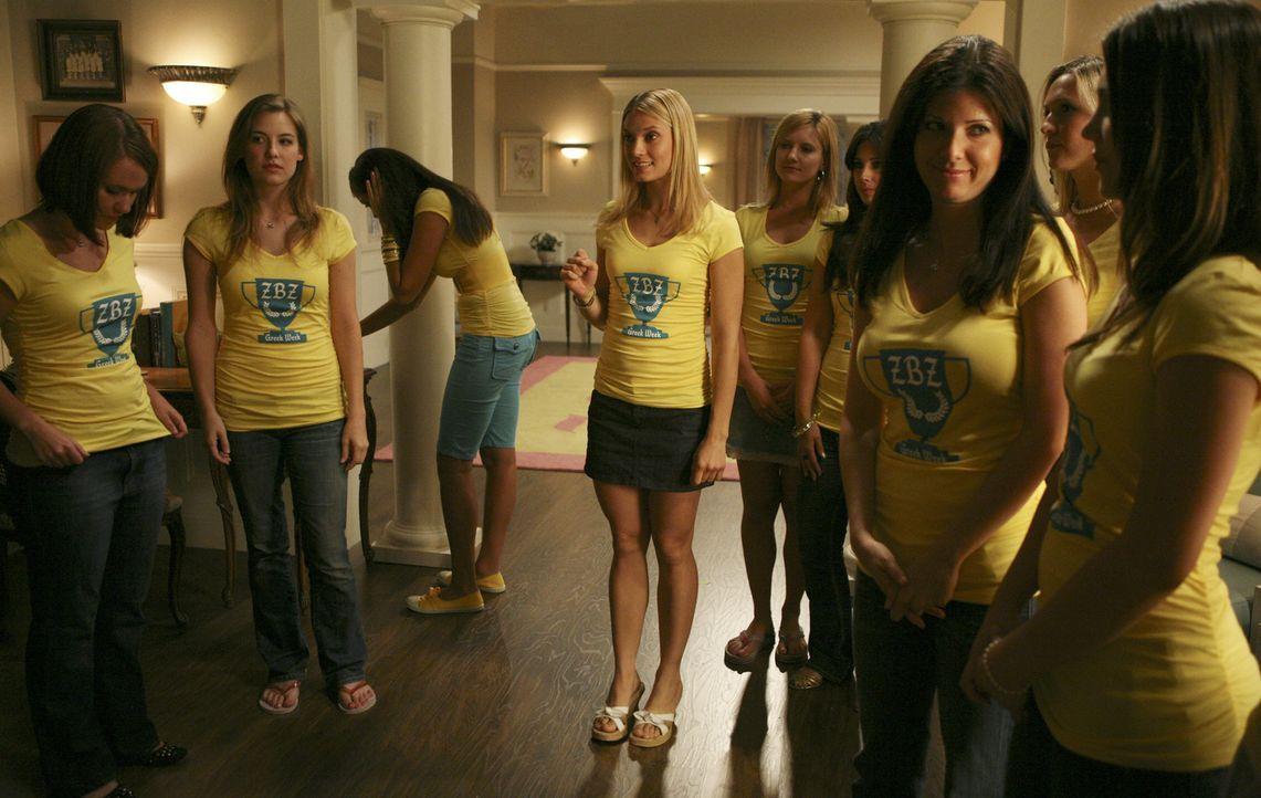 Casey (Spencer Grammer, M.) und noch einige Verbindungsschwestern stehen für Rebecca ein, die mit den Folgen ihres Spring Breaks Auftritt zu kämpfen... - Bildquelle: 2008 ABC Family