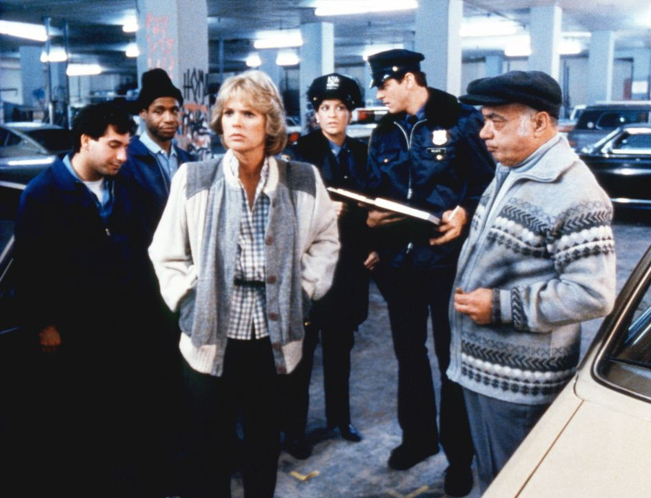 Cagney (Sharon Gless, M.) kann es nicht fassen: Ihr gelber Sportwagen wurde doch tatsächlich gestohlen. - Bildquelle: ORION PICTURES CORPORATION. ALL RIGHTS RESERVED.