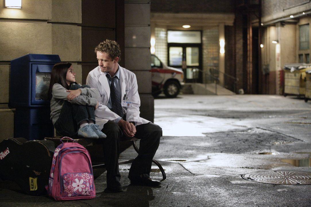 Nach einem Autounfall wird eine Frau eingeliefert, die ihr Kind (Ariel Winter, l.) zurücklässt, da sie eine lange Erholungszeit benötigt. Brenner... - Bildquelle: Warner Bros. Television