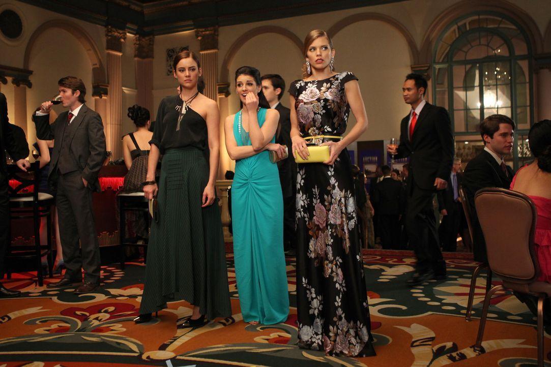 """Auf geht's nach New York! Naomi (AnnaLynne McCord, r.), Erin (Jessica Stroup, l.) und Annie (Shenae Grimes, M.) fliegen in den """"Big Apple"""". Hauptsä... - Bildquelle: TM &   CBS Studios Inc. All Rights Reserved"""