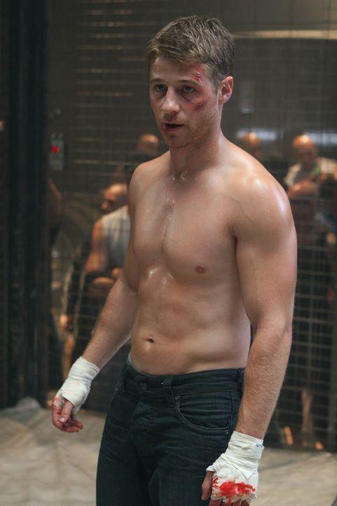 Ryan (Benjamin McKenzie) ist mittlerweile bei den Cohens ausgezogen, arbeitet in einer Bar und versucht mit brutalem Käfigboxen gegen seine Trauer... - Bildquelle: Warner Bros. Television