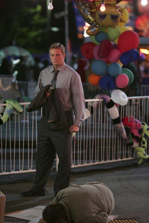 Cyrus Reynolds (Andrew Jackson, oben), ein zwielichtiger Angestellter einer mysteriösen Firma, ist auf der Jagd nach Kyle und versucht über Foss,... - Bildquelle: TOUCHSTONE TELEVISION