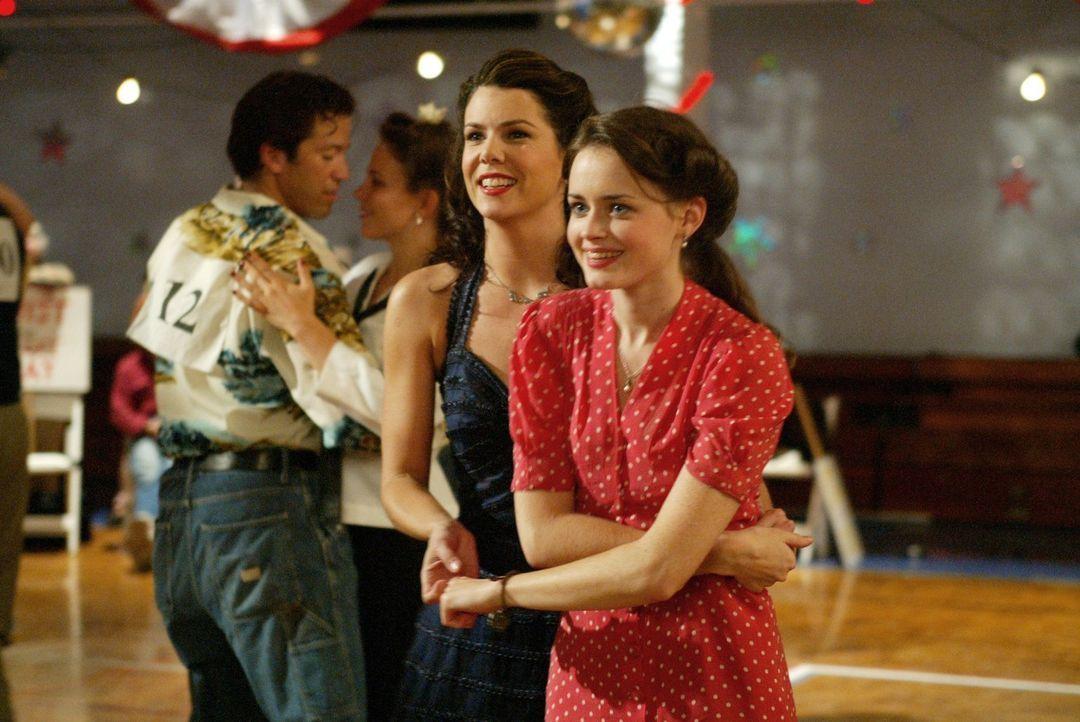 Lorelai (Lauren Graham, l.) will unbedingt den diesjährigen Tanzmarathon gewinne, als sie jedoch keinen Partner findet, muss Rory (Alexis Bledel, r.... - Bildquelle: 2002 Warner Bros.