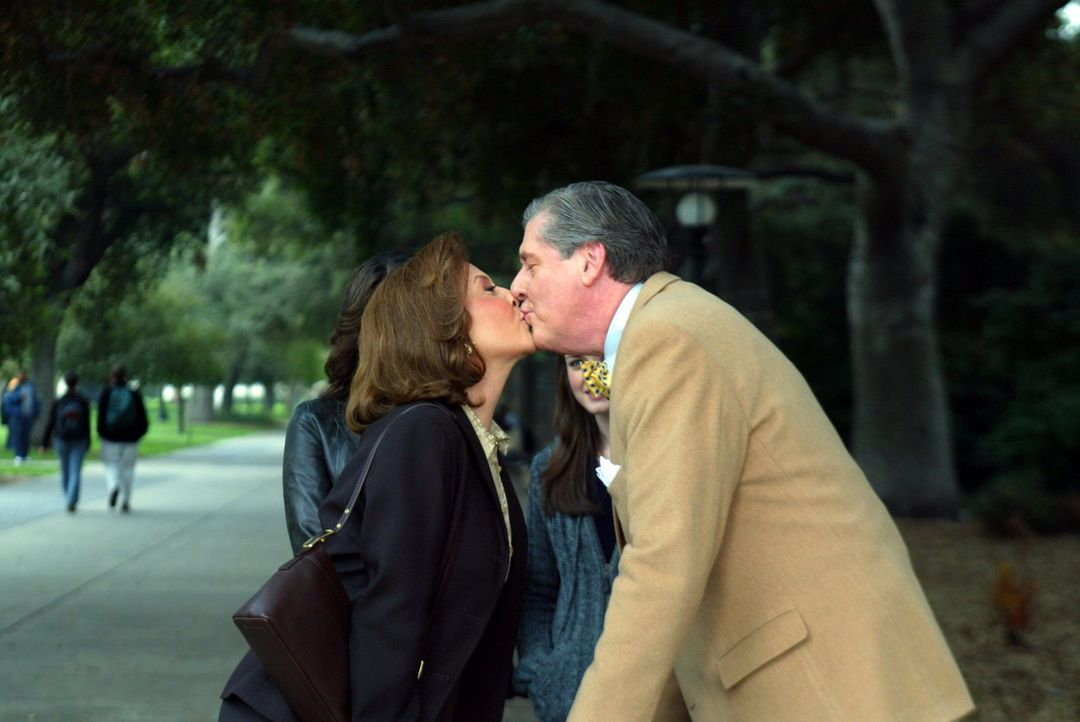 Schießen Emily (Kelly Bishop, l.) und Richard (Edward Herrmann, r.) mit ihrer Art der Fürsorge mal wieder übers Ziel hinaus? - Bildquelle: 2002 Warner Bros.