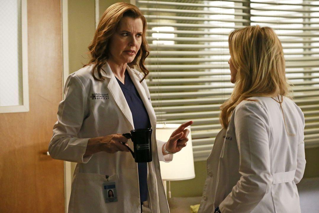 Arizona (Jessica Capshaw, r.) und Dr. Herman (Geena Davis, l.) geraten wegen jeder Kleinigkeit immer wieder aneinander ... - Bildquelle: ABC Studios