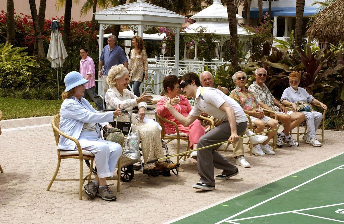 Seth (Adam Brody, M.) genießt die Aufmerksamkeit der Rentner in Nanas Seniorenheim ... - Bildquelle: Warner Bros. Television