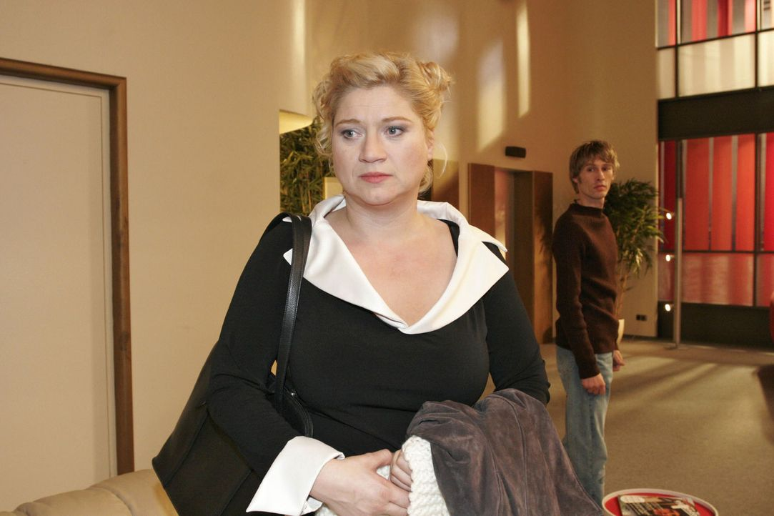 Agnes (Susanne Szell, l.) steht vor der Entscheidung, mit Boris (Matthias Rott, r.) in seine Heimat zu gehen. - Bildquelle: Noreen Flynn Sat.1