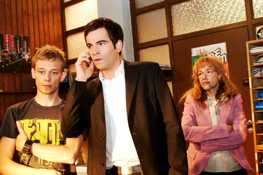 David (Mathis Künzler, M.) und Jürgen (Oliver Bokern, l.) machen sich nach Lisas (Alexandra Neldel, r.) Verschwinden Sorgen. Doch plötzlich steht... - Bildquelle: Sat.1