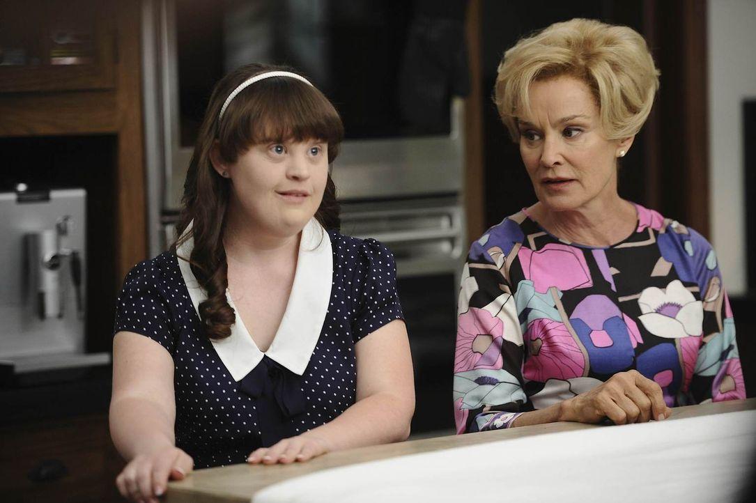 Constance (Jessica Lange, r.) macht ihrer Tochter Adelaide (Jamie Brewer, l.) klar, dass sie das Haus ihrer Nachbarn nicht mehr ohne Erlaubnis betre... - Bildquelle: 2011 Twentieth Century Fox Film Corporation. All rights reserved.