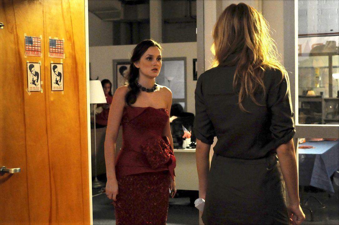 Blair (Leighton Meester, l.) rät Serena (Blake Lively, r.) zur Kündigung. - Bildquelle: Warner Brothers