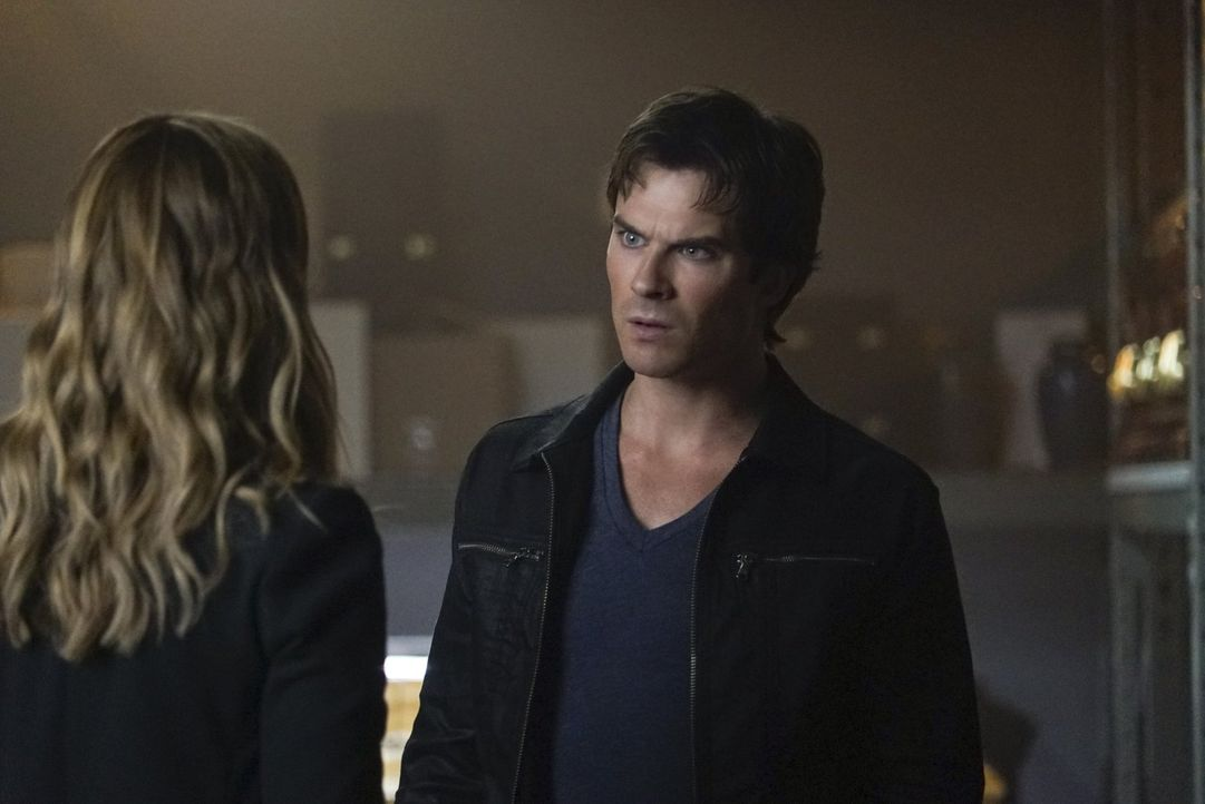 Damon (Ian Somerhalder, r.) will von Lily endlich wissen, wer Julian wirklich ist und vor allem, warum Valerie (Elizabeth Blackmore, l.) ihn unbedin... - Bildquelle: Warner Bros. Entertainment, Inc.
