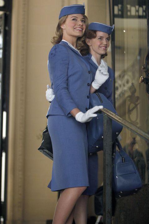 Was für Laura Cameron (Margot Robbie, l.) schon ganz normal ist, erweckt in ihrer Schwester Kate (Kelli Garner, r.) ein wahres Glücksgefühl ... - Bildquelle: 2011 Sony Pictures Television Inc.  All Rights Reserved.