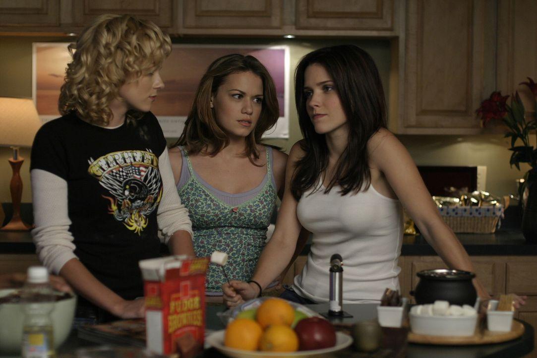 Haben stressigen Abend:Peyton (Hilarie Burton, l.), Haley (Bethany Joy Galeotti, M.) und Brooke (Sophia Bush, r.) ... - Bildquelle: Warner Bros. Pictures