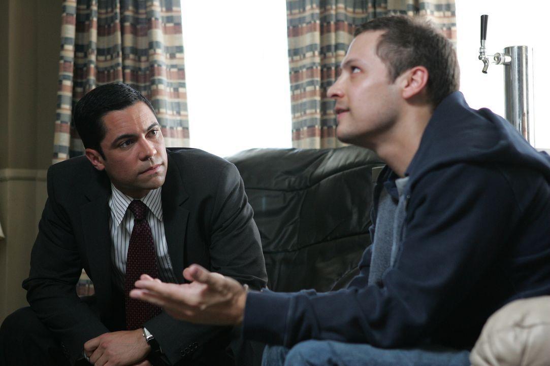 Hat Manny (Nick Wechsler, r.) etwas mit dem Tod von Lindsay zu tun? Scott (Danny Pino, l.) geht dem auf den Grund ... - Bildquelle: Warner Bros. Television