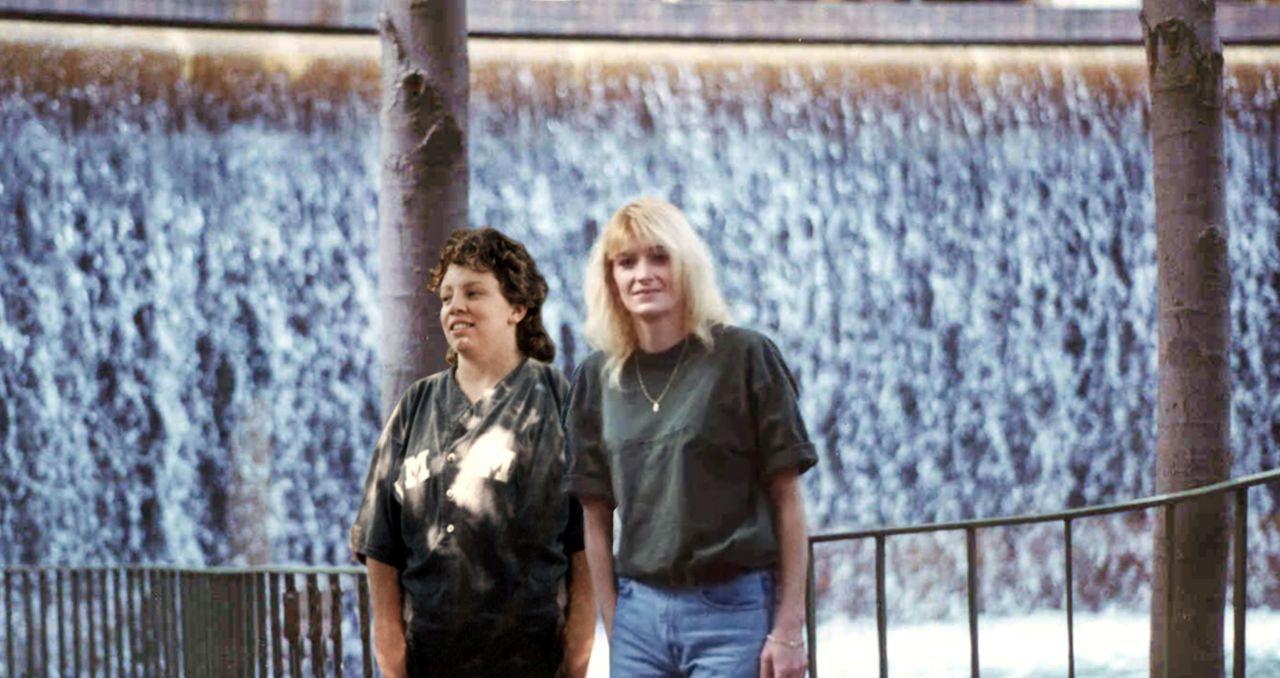 Als Tina Loesch (r.) Skye Hanson (l.) im Gefängnis kennenlernt, glaubt sie, endlich ihre Seelenverwandte gefunden zu haben. Doch ihre Familie ist ge... - Bildquelle: 2013 NBCUniversal ALL RIGHTS RESERVED.