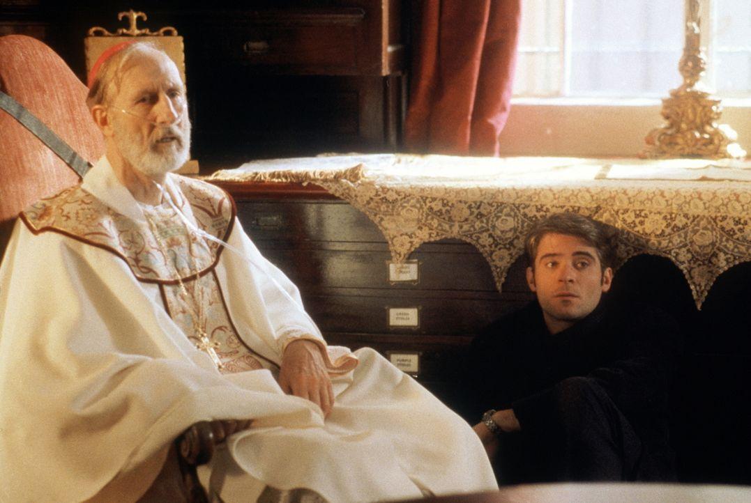 Bischof Stewart (James Cromwell, l.) erzählt Dr. Kovac (Goran Visnjic, r.) von der Nacht, in der er sich zum Priester berufen fühlte. - Bildquelle: TM+  2000 WARNER BROS.