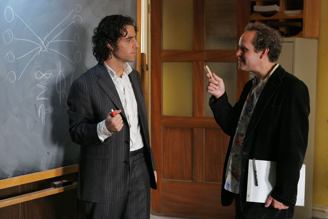 Besprechen die Gleichungen, die Charlie im aktuellen Fall herausgefunden hat: Charlie (David Krumholtz, l.) und Larry (Peter MacNicol, r.) ... - Bildquelle: Paramount Network Television