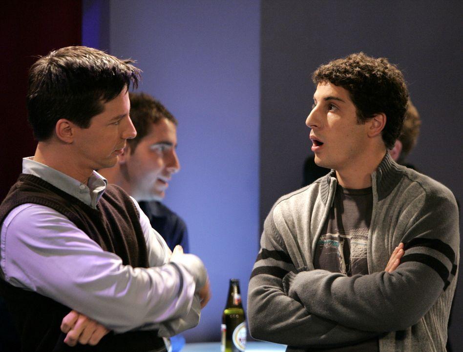 Als sich herausstellt, dass Baby Glenn (Jason Biggs, r.) bei der Auktion mehr einbringt als Jack (Sean Hayes, l.), ist der natürlich gefrustet ... - Bildquelle: NBC Productions