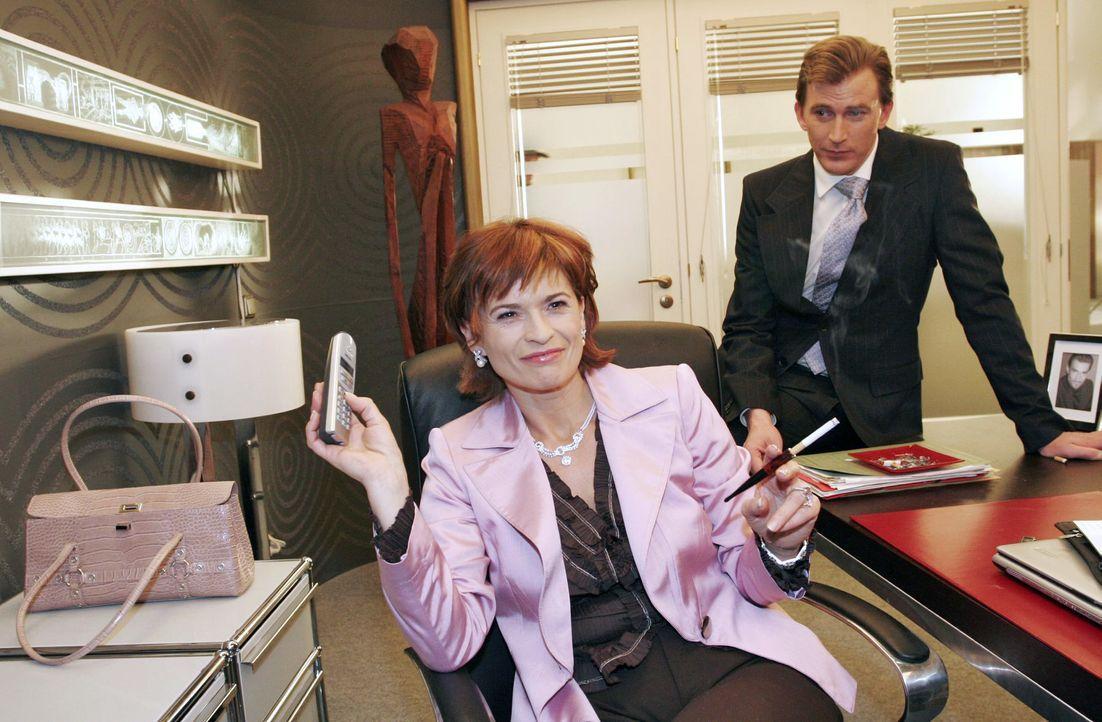 Sophie (Gabrielle Scharnitzky, l.) und Olaf (Axel Röhrle, r.) freuen sich über Friedrichs Verwirrung am Telefon, als sie ihm ihre Hilfe anbieten. - Bildquelle: Noreen Flynn SAT.1 / Noreen Flynn