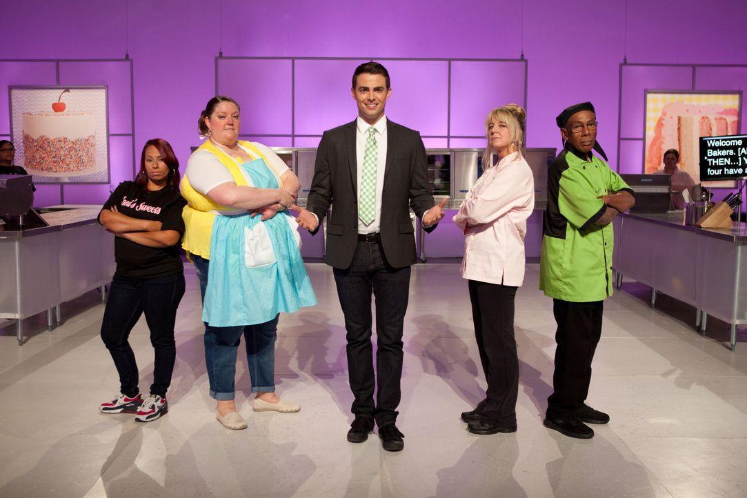 Moderator Jonathan Bennett (M.) ist gespannt, wie sich die Bäcker und Bäckerinnen Monica Cunninham (l.), Laura Burt (2.v.l.), Laura Amodeo (2.v.r.)... - Bildquelle: 2015, Television Food Network, G.P. All Rights Reserved