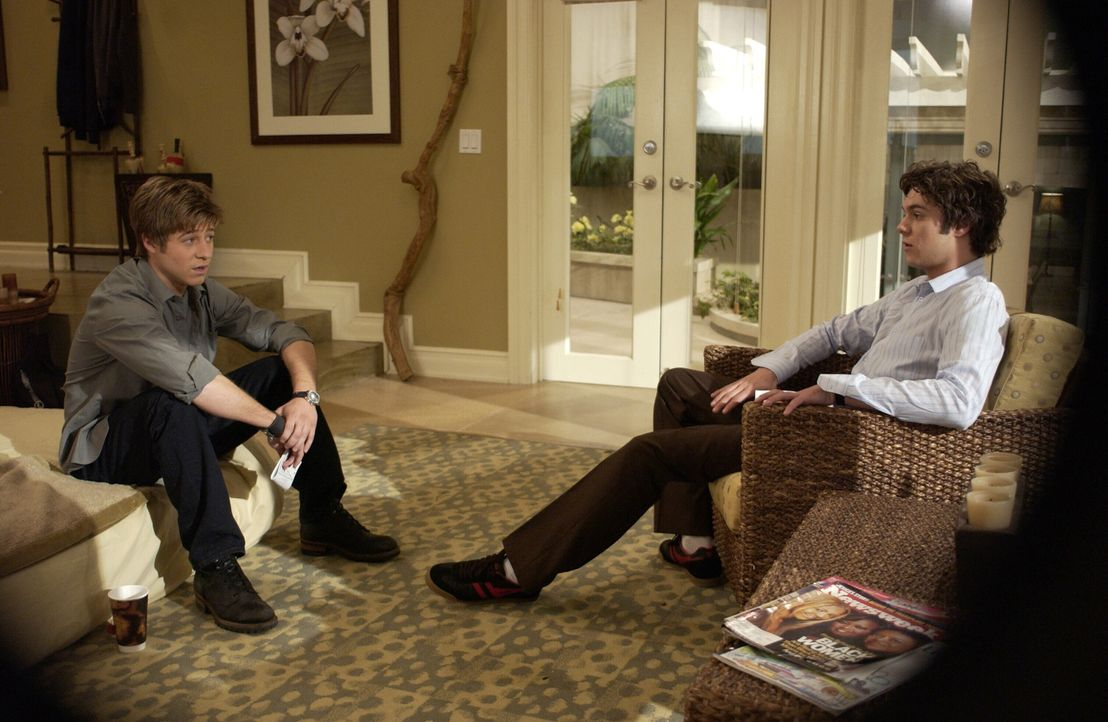 Überlegen vergebens, wo sich Marissa aufhalten könnte: Ryan (Benjamin McKenzie, l.) und Seth (Adam Brody, r.) ... - Bildquelle: Warner Bros. Television