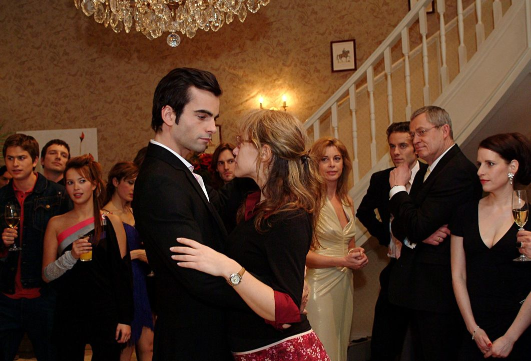 Lisa (Alexandra Neldel, r.) hat Davids (Mathis Künzler, l.) Entschuldigung angenommen und schwebt mit ihm, der sie zum Tanz aufgefordert hat, über... - Bildquelle: Sat.1